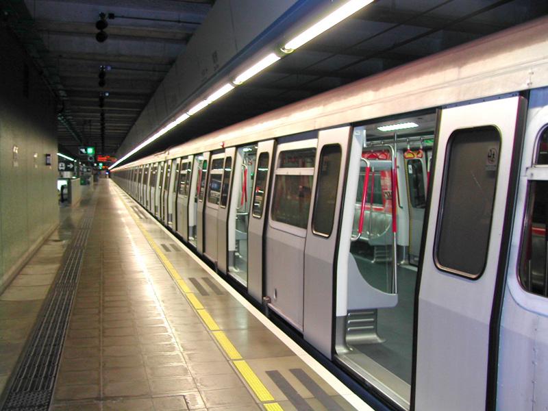 HK MTR ChaiWan TrainWaiting 2003Jan17